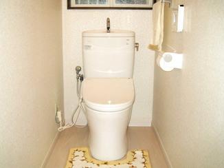 トイレリフォーム 浴室・洗面と統一するためホワイトでまとめたトイレ