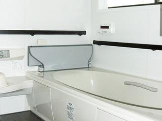 バスルームリフォーム 手すりつきの安心できるバスルーム