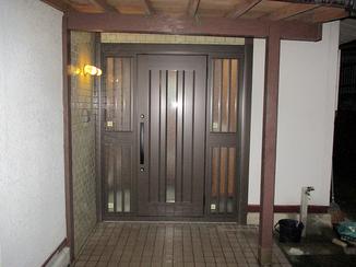 エクステリアリフォーム 開け閉めがスムーズに、重厚感のある玄関ドアへ!