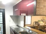 キッチンリフォーム鮮やかなカラーの扉で、イメージがガラッと変わったキッチン