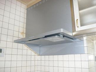 小工事 鋼板を使い一体感のある仕上がりになったレンジフード