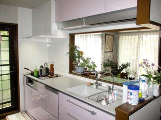キッチンリフォーム 機能を充実させ使いやすくなった、パステルカラーの明るいキッチン