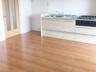 内装リフォーム ワックス不要でメンテナンスが簡単なフローリングと明るいキッチン