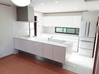 キッチンリフォーム 開放的かつ収納力も兼ね備えたキッチン