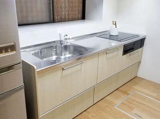 キッチンリフォーム 壁のパネルで汚れ対策万全のシンプルなI型キッチン