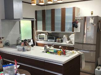 バスルームリフォーム 開放的な対面キッチンと青いアクセントパネルの浴室
