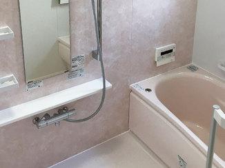 バスルームリフォーム ピンクのアクセントパネルが映える浴室