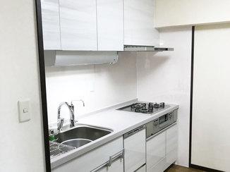 キッチンリフォーム 高い位置の戸棚でも使い勝手の良い明るいキッチン