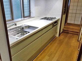 キッチンリフォーム 小分けにされた収納で、スペースを有効活用できるキッチン