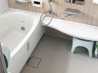 バスルームリフォーム 癒しのジェットバス付き浴室と、家族のふれあいが増えるアクセント壁紙
