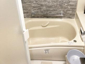 バスルームリフォーム 白を基調にした清潔感のある水廻りと車を出し入れしやすい駐車場
