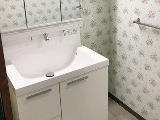 洗面リフォーム 花柄のクロスに白色が映える洗面台