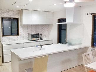 キッチンリフォーム 白で統一した、開放的で明るいキッチン